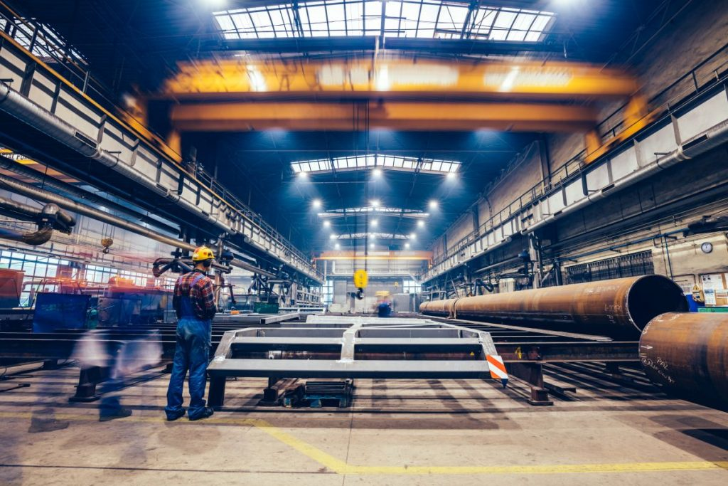 Jak dokładnie wygląda projektowanie hali przemysłowej krok po kroku?